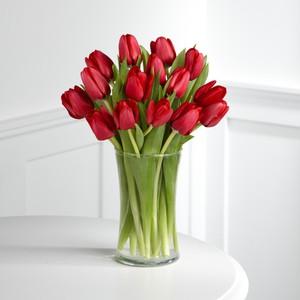 Срезанные тюльпаны в воде