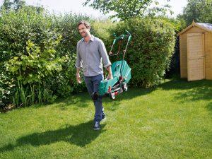 Мужчина с газонокосилкой