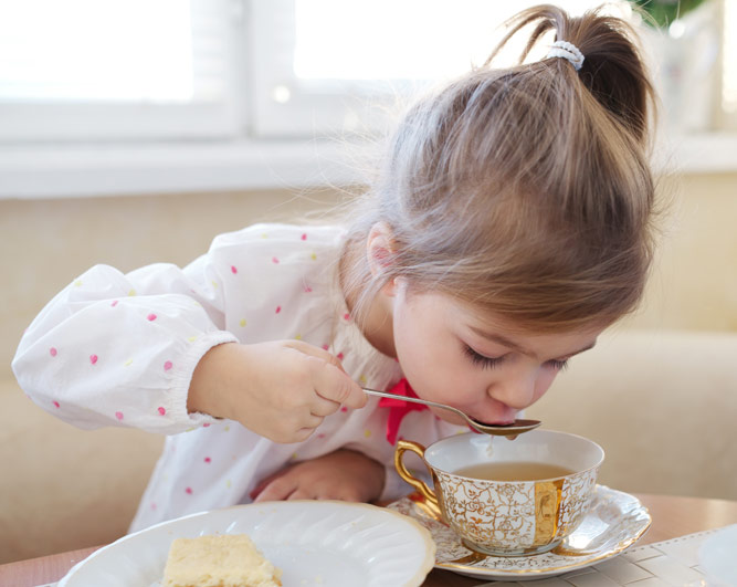Девочка пьёт чай с имбирём
