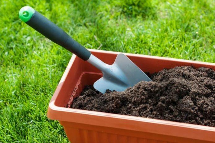 Контейнер для комнатных цветов, компост и лопатка