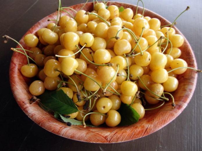 Плоды черешни Четмашная в миске