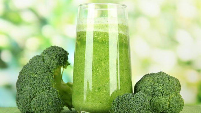 Соцветия брокколи и выжатый из неё сок в стакане