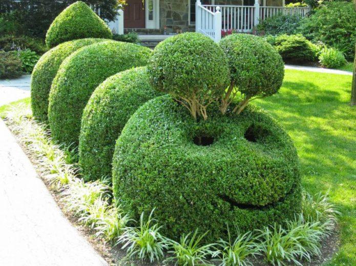 Парковая скульптура в виде гусеницы