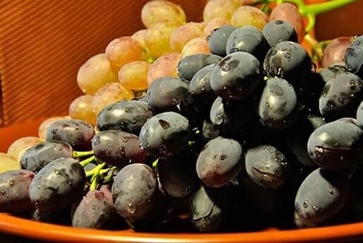 Виноград на блюде