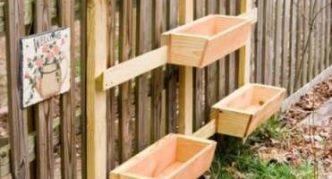Ящики для земляники на заборе