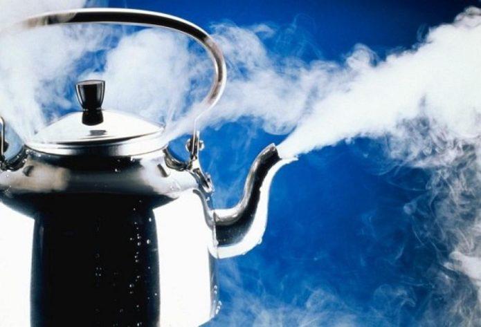 Чайник, выпускающий пар
