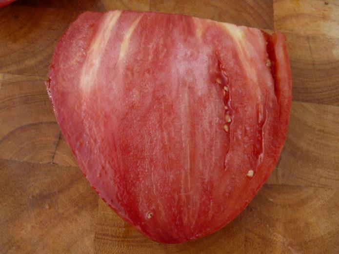 Плод томата Бычье сердце в разрезе