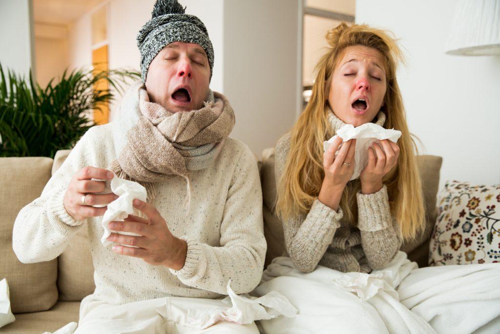 Простуда, женщина и мужчина чихают
