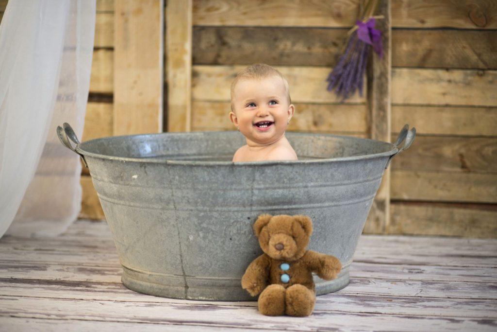 Ребенок в железном корыте